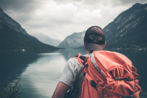 渓谷を旅する人